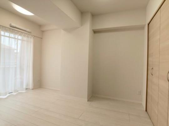 LDK横の6.4帖の洋室はご家族構成に合わせてご使用いただける間取です。壁いっぱいの収納が役立ちます