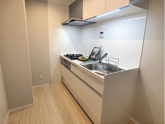 シンク横に冷蔵庫スペースのあるキッチンは、リビングへ匂いが広がりにくい間取りです