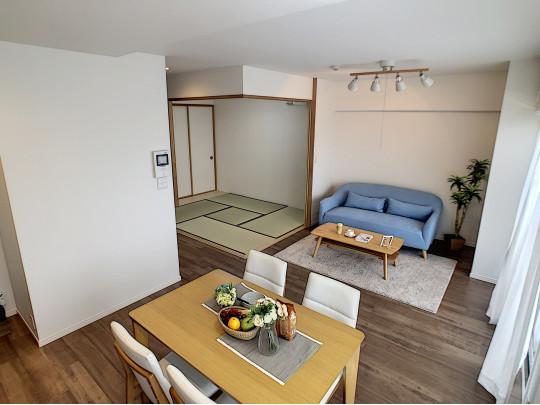 段差が少なく、和室と洋室の続間を開放できる、広々としたリビングダイニングです