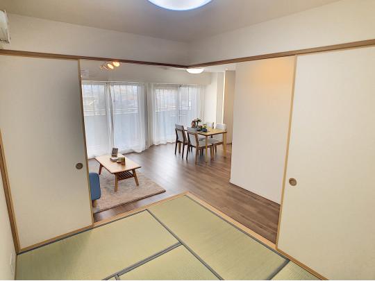 ゴロンと横になれる和室にはリビングからの光も届きます。お客様をお招きしたり想像が膨らみます