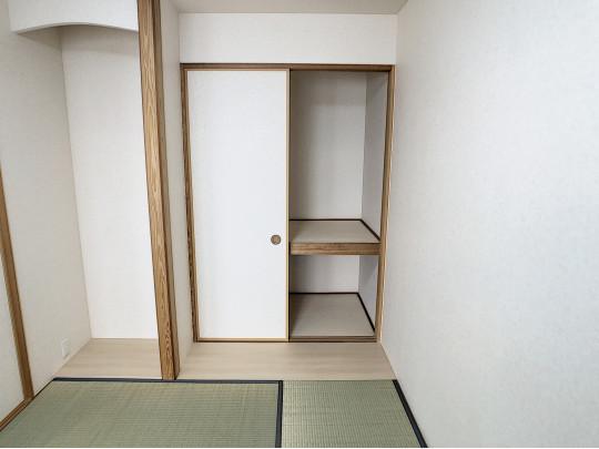 フルリノベーションによりゆとりある床の間のスペースが誕生しました。押入には中段棚があり寝具の収納にも