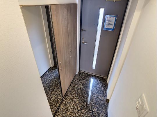 大容量のシューズクロークと鏡のある玄関で、身だしなみを整えてのお出かけです