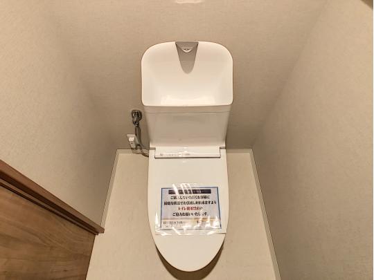 新品交換済みのトイレです。コンパクトながら、手洗い、タオルハンガー付きです