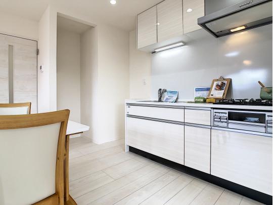 新品交換済みのシステムキッチンです。冷蔵庫スペース、食器棚のスペースを考慮した配置が嬉しいです