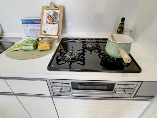三口ガスコンロにグリル付きのキッチンです。強い火力でお料理を楽しめます