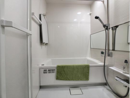 広々とした浴槽のある、日々の疲れを癒す浴室です
