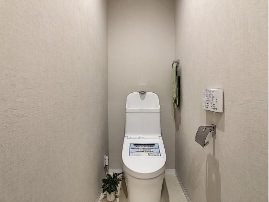 手洗い、タオルハンガーのある新品交換済みのトイレです