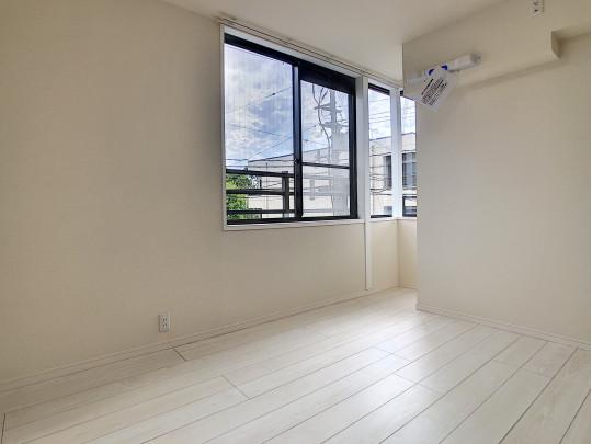 リビングに面した奥の洋室です。南向きの窓があり、心地よい風が入ります