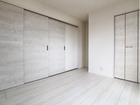 リビングに面した扉を開放し、広々とお使いいただくことも、家族形態に合わせて自室として使用することも◎
