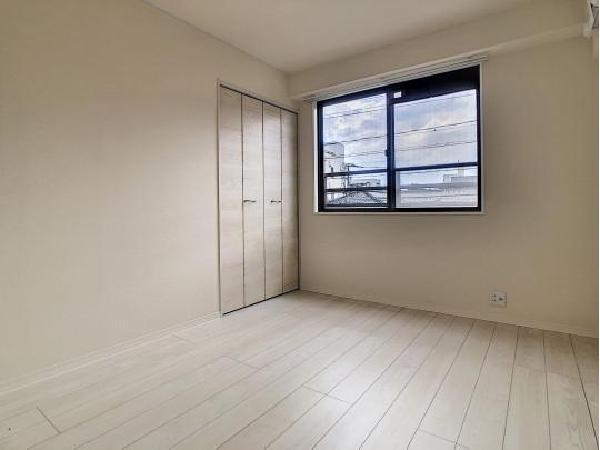 廊下突き当りの洋室です。こちらのお住まいは各部屋に収納があり、お部屋がすっきりと片付きます