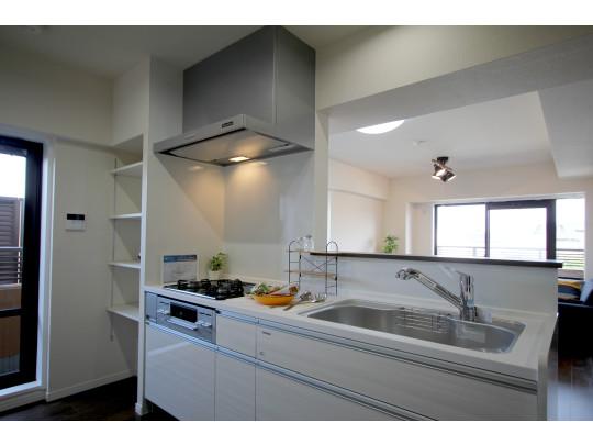 稼働棚のあるキッチンです。3方向にバルコニーがあり、キッチンからぱっとバルコニーへ出ることも可能です