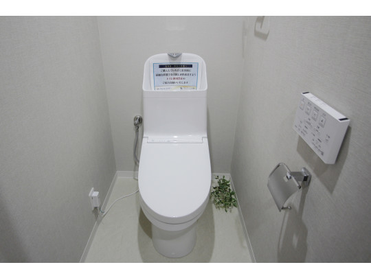 新品交換済みのトイレ、手洗い、タオルハンガー、ウォシュレットを備えた充実の空間です