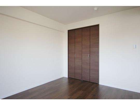 リビング横の6帖の洋室です。収納もあり、家族形態に合わせてご使用できます