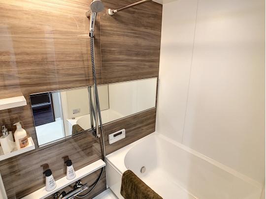 ブラウンの壁が落ち着いた雰囲気の浴室です。日々の疲れを癒します