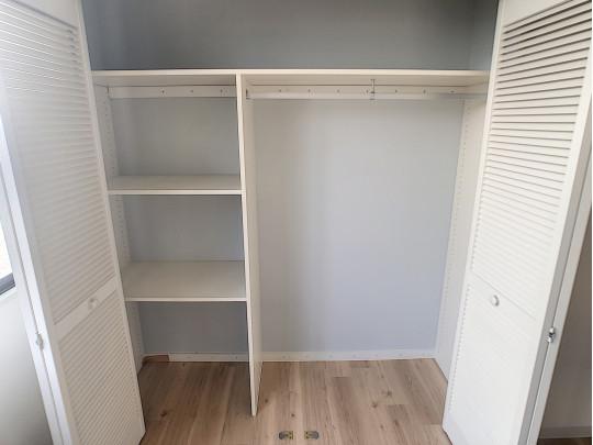 キッチン横の収納スペースです。大容量かつ、使い勝手の考えられた棚付きです