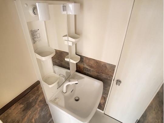 照明、棚のついたコンパクトながら使い勝手の良い洗面化粧台です