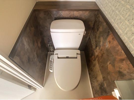 トイレから出てすぐに洗面室があり、手洗いなど清潔に保てます。飾り棚のあるトイレです