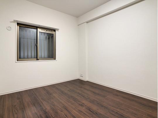 安全を考慮した曇りガラスの窓、柔らかな光が入ります