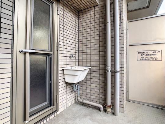 水栓が付いているのでバルコニーの床や窓の掃除が格段にしやすくなります