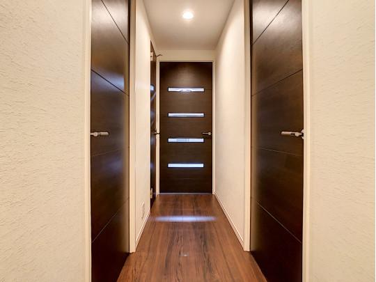 ダウンライトの明かりのあたたかみある廊下です
