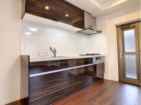 システムキッチンも新品交換済みです。三口コンロに、収納も多く充実のキッチンです。