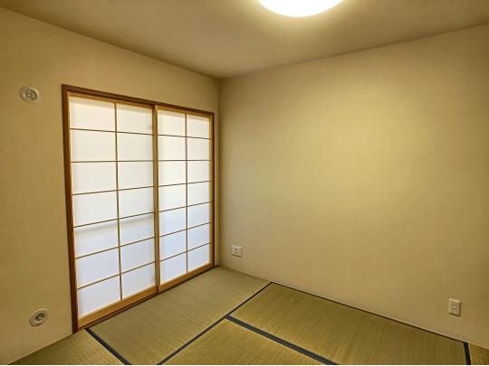 ゴロンと横になれる和室にはリビングからの光も届きます。お客様をお招きしたりと、想像が膨らみます