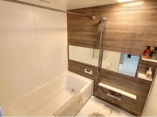 一面ブラウンの落ち着いた雰囲気の浴室です。日々の疲れを癒します