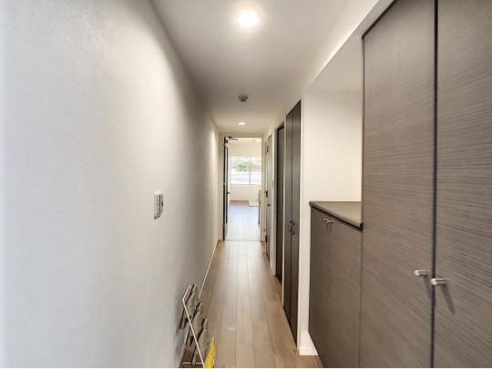 リビングに続く廊下。帰宅後ホッとする、あたたかみあるダウンライトのある廊下です
