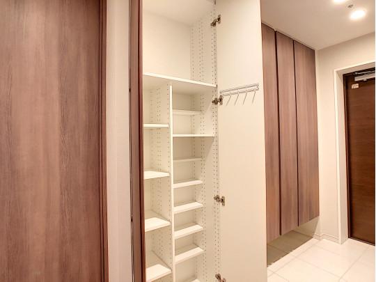 稼働棚&フックで家族形態に合わせ使用可能な玄関収納
