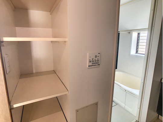 洗面所には、収納に便利な棚があります。