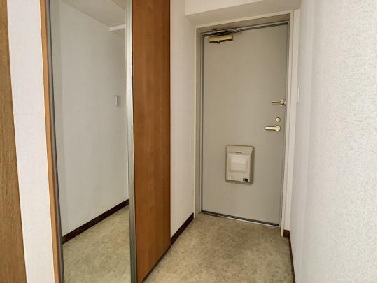 玄関には、身だしなみチェックができる鏡があります。