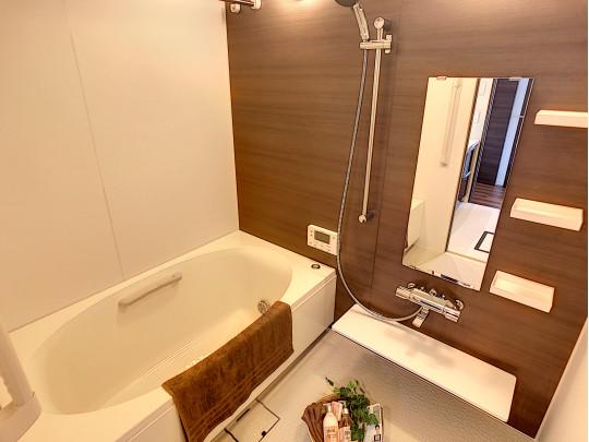 日々の疲れを癒してくれる広々とした浴室です