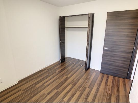 上部棚、ハンガーパイプ付きの収納です。各部屋に収納スペースがあり、お住まいがすっきりと片付きます