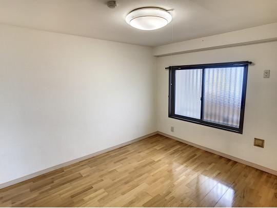 玄関を入って右の洋室にも大きな窓があり、明るい空間です