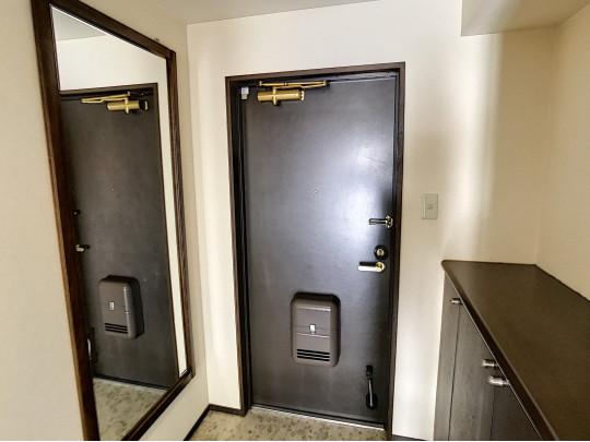 全身鏡、シューズボックス付きの玄関です