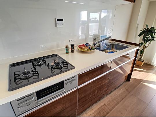 新しいシステムキッチン!収納力もあり調理器具もスッキリ整理できます