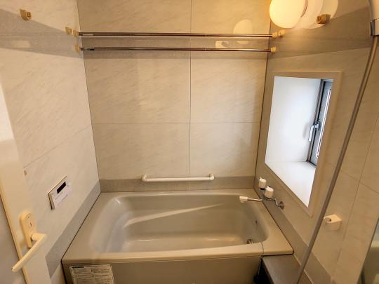 浴室にも窓があり明るく換気も便利です