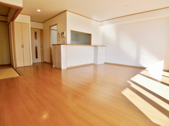バーチャル家具なしのリビングの様子です。明るく広々とした空間です