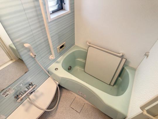 窓付きの明るい浴室です