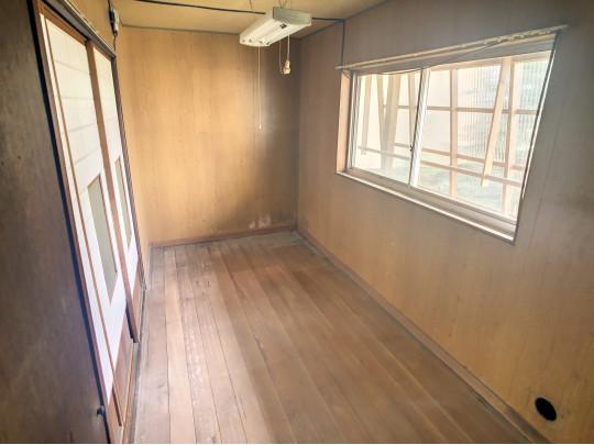 明るい日差しが差し込む廊下です。