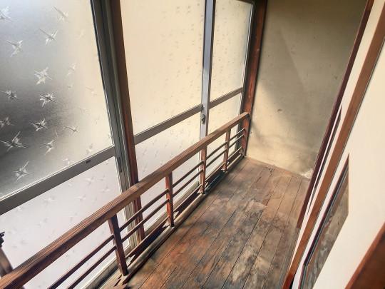 大きな窓が付いた廊下です。