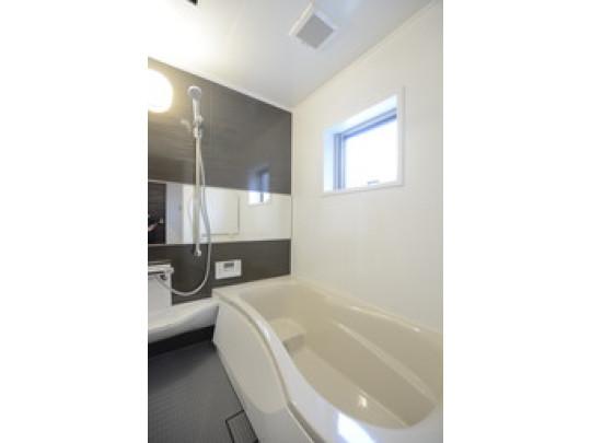 1日の疲れを癒すくつろぎのバスルームです。ラウンドタイプの浴槽で、ゆとりのある設計です。横向きの鏡があるので、便利ですね♪