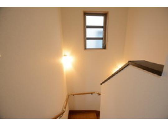 階段にも明り取りの窓と照明があるので、夜の昇り降りも安心です。