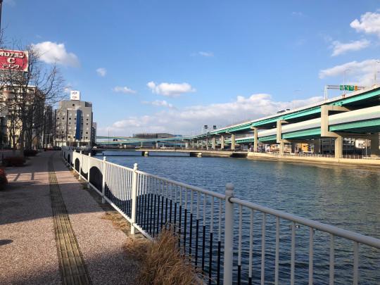 遊歩道のある川。ウォーキングにぴったりです。