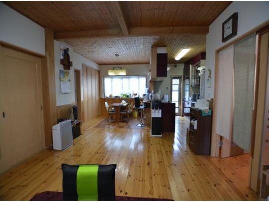 北向きと南向きの窓があり、明るい1階のリビングです。長方形で家具が配置しやすい間取りです。