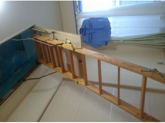 屋根裏からはしごを下すと屋根裏収納へと。