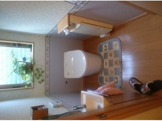 明るく清潔なトイレです。タンクレストイレが設置されています。