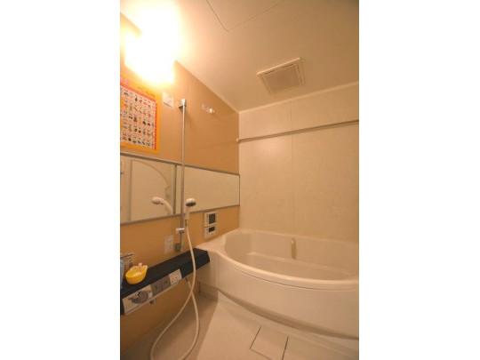 1坪タイプのユニットバス。ラウンドタイプのゆとりのある浴槽です。