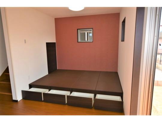 リビングの畳コーナーは下部収納付きの小上がりになっています。