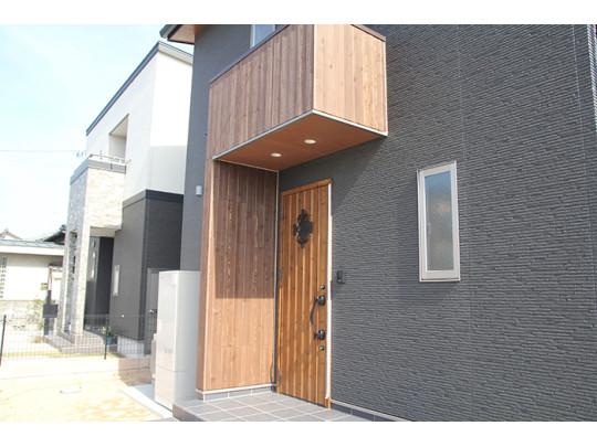玄関廻りは防火天然木材「ウィルウォール」のアクセント。